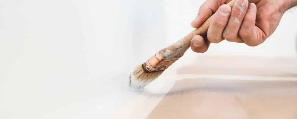 kanten mit einem pinsel streichen